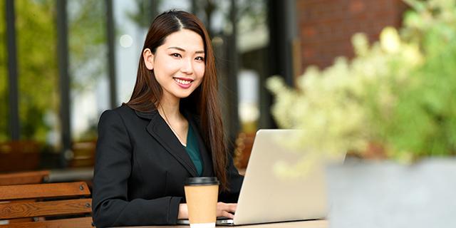 カフェで英語の勉強をする女性