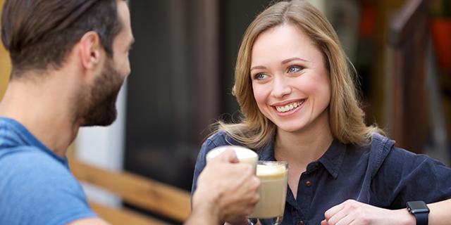 楽しく会話する外国人女性たち